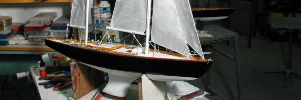 Maquette de bateau de Tabarly Pen Duick II Bateau de course au large Voilier