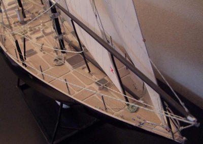 Maquette de Pen Duick III, bateau de course au large à bord duquel Éric Tabarly a remporté en 1967 la célèbre course Sydney-Hobart ainsi que toutes les courses du RORC, voilier initialement gréé en goélette