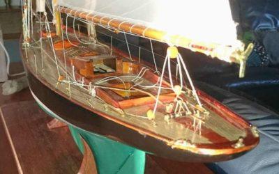 Maquette de Pen Duick – Bateau de Tabarly – Yacht classique – Voilier – Côtre aurique – Plan William Fife