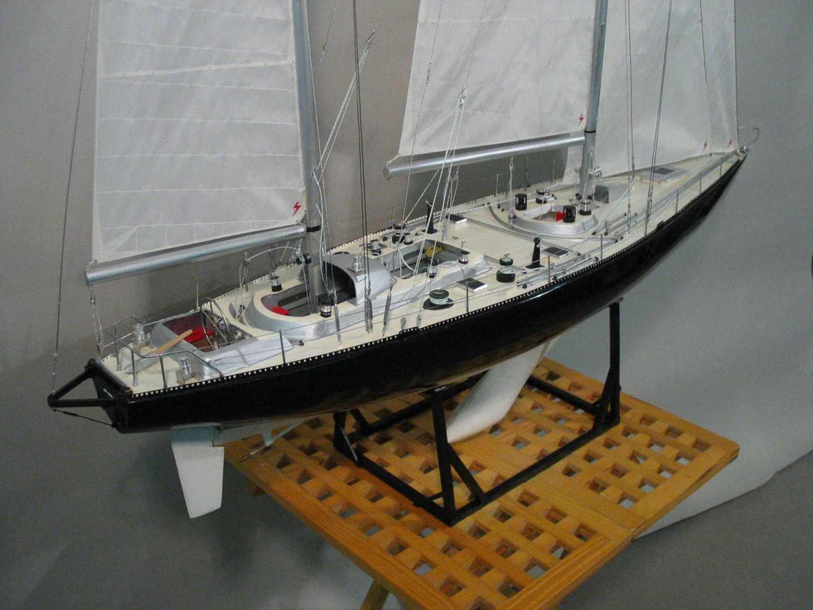 Maquette de Pen Duick VI Bateau de course au large d'Éric Tabarly Voilier
