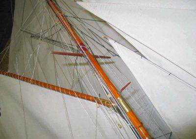 Maquette de Tuiga, Yacht classique bateau de classe JI, cotre aurique, plan William Fife III