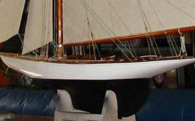 Maquette de Tuiga – Bateau de classe JI – Yacht classique – Voilier – Côtre aurique – Plan William Fife