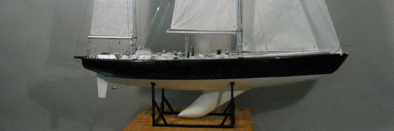 Maquette de Pen Duick VI, bateau de course au large à bord duquel Éric Tabarly a remporté la Transat 1976, voilier ketch plan André Mauric