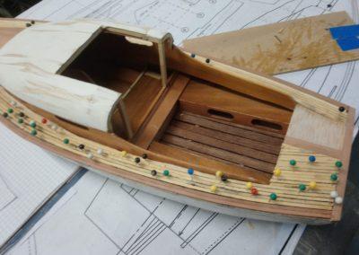 pose des lattes construction de maquette de Bélouga,bateau de plaisance,voilier croiseur côtier