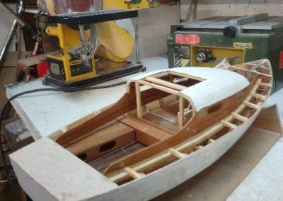 pont en cours construction de maquette de Bélouga,bateau de plaisance,voilier croiseur côtier