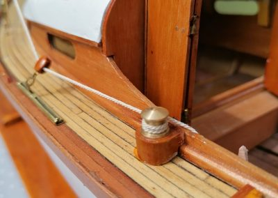 galerie détails, winch bâbord de maquette de Bélouga,bateau de plaisance,voilier croiseur côtier