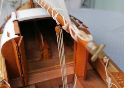 galerie détails, palan d'écoute de grand voile et descente roof de maquette de Bélouga,bateau de plaisance,voilier croiseur côtier