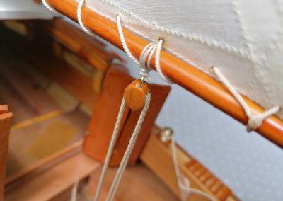 galerie détail, détail poulie en bois de maquette de Bélouga,bateau de plaisance,voilier croiseur côtier