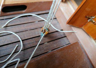 galerie détail, poulie en bois de palan d'écoute de grand voile de maquette de Bélouga,bateau de plaisance,voilier croiseur côtier